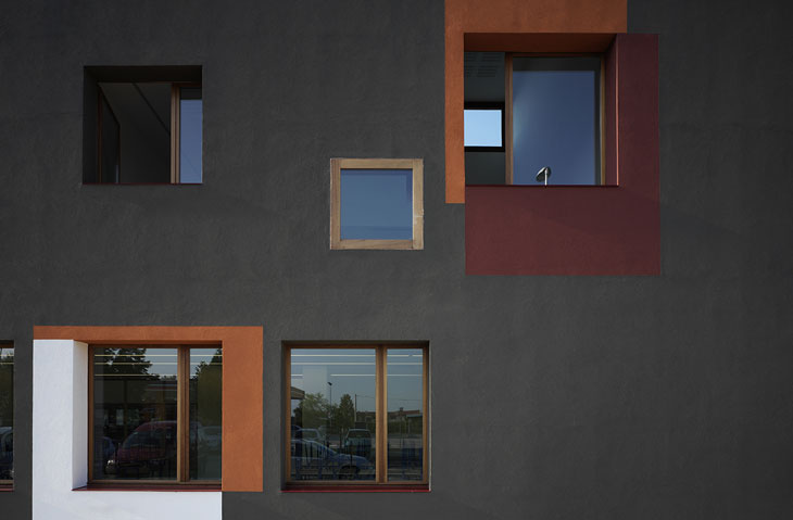 04_Detail-of-the-north-facade.-Photo-by-Pietro-Savorelli-copia