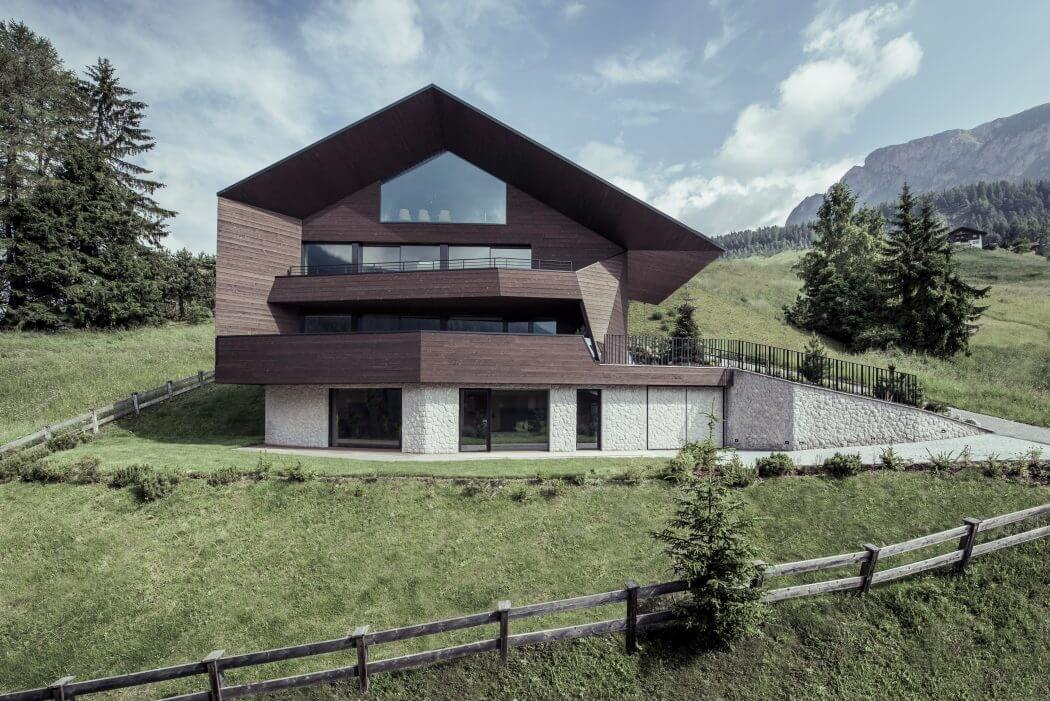 Chalet in selva di val gardena by rudolf perathoner for Architectural designs for chalets