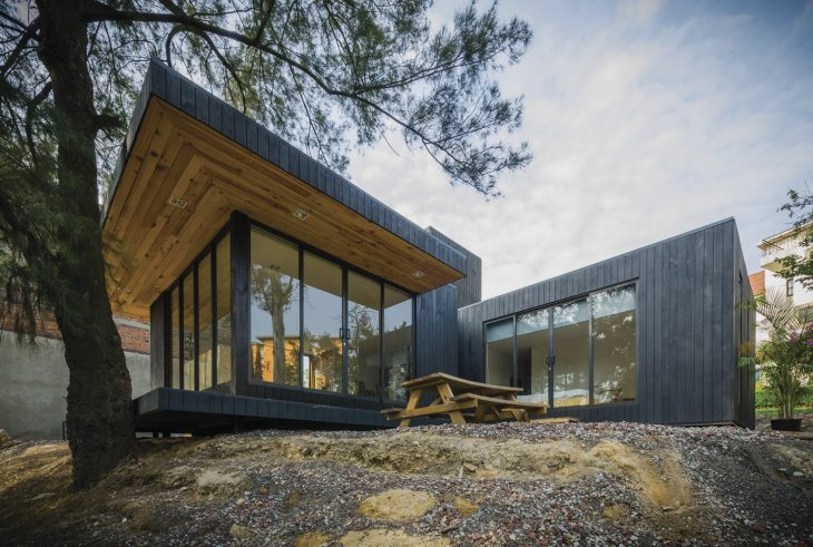 the-black-cabin-by-revolution-architects