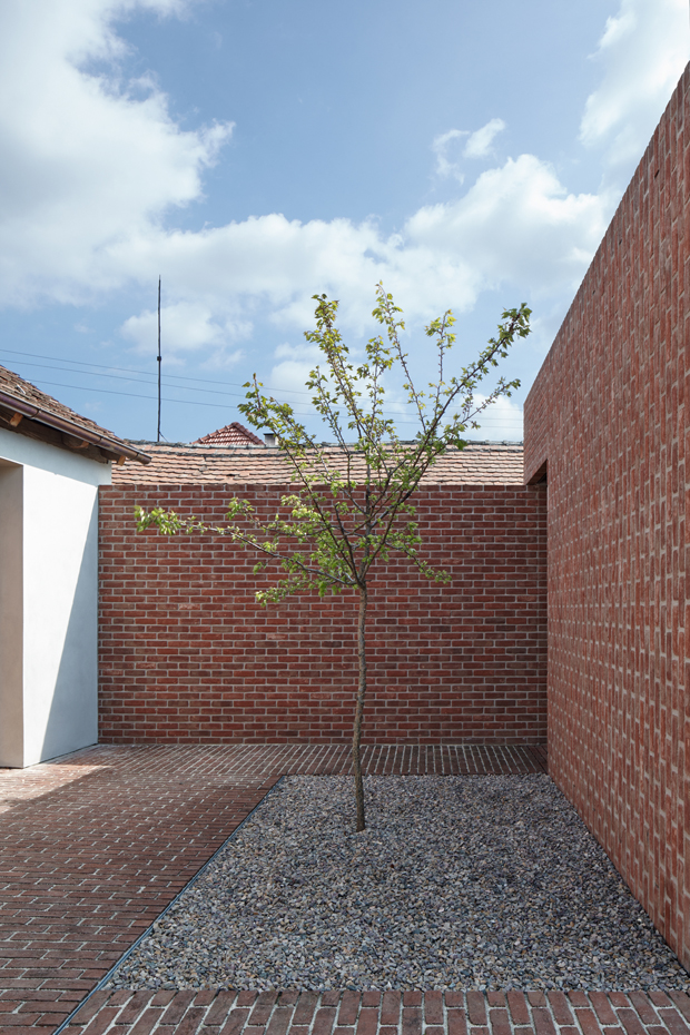 Brick house in brick garden by jan proksa for Celosia de madera para jardin