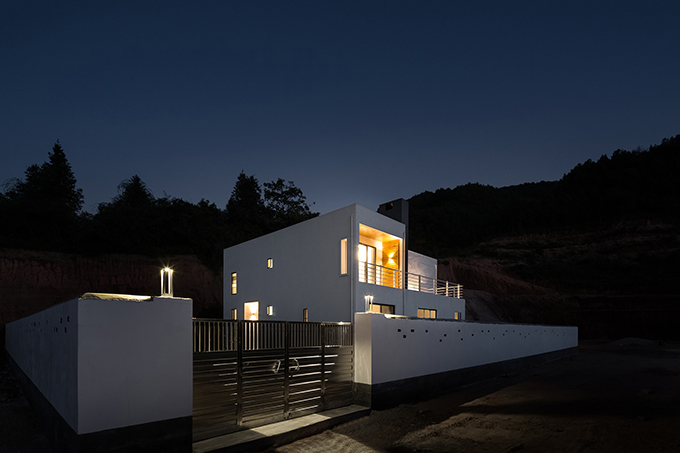 A Hillside House by Ming Ding Spatial Art Studio
