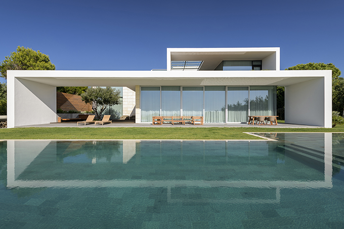 Sea Front Villa by Arq Tailor's
