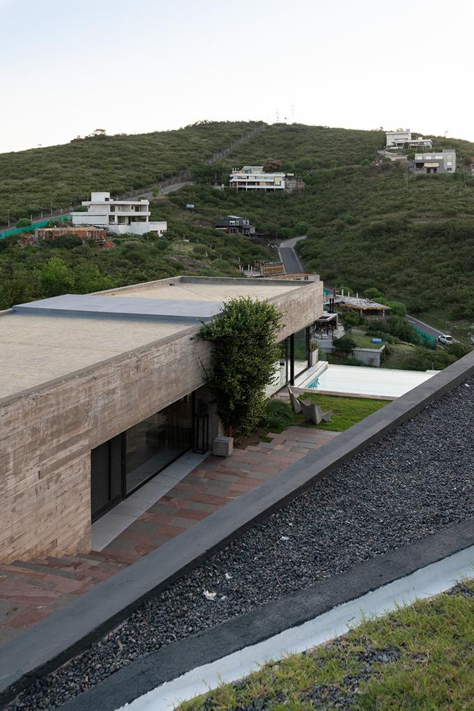 HOUSE Hidden in the Scenery by Bender Freiberg Arquitectos