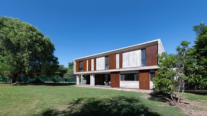 HOUSE IN VILLLA ALLENDE by Santiago Viale